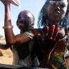 Straßenhändlerinnen am Taxi, St. Louis, Senegal 2010  © Werner Mansholt