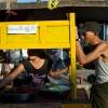 Photo 12 : Ein Mann kauft in Yangon an einem Straßenstand Essen. Burma_Myanamar, 2012 © Werner Mansholt