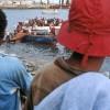 Photo 4: Fischer entladen die Dhaus, Stonetown, Sansibar 2008  © Werner Mansholt