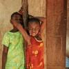 Photo 12: Mädchen vor dem dörflichen Haus im Masingini Forest, Sansibar 2008  © Werner Mansholt