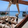 Photo 13: Beim Entladen der traditionellen Dhau-Segelschiffe, Stonetown, Sansibar 2008  © Werner Mansholt