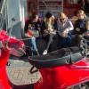 Photo 8 : Junge Frauen sitzen bei einem Snack, Amsterdam 2013 © Werner Mansholt