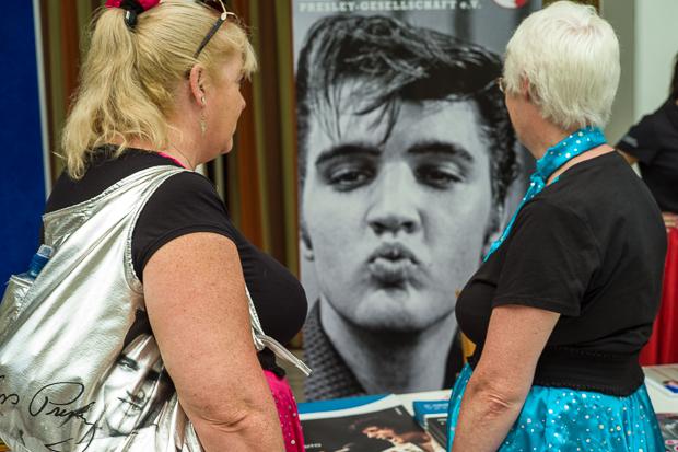 Zwei Damen am Stand der Elvis-Gesellschaft, Bad Nauheim