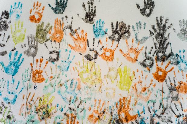 Handabdrücke in einer Schule, Kreta, Griechenland